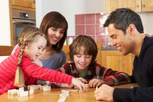 famille jouant aux dominos