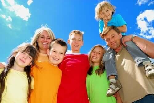 Une famille nombreuse heureuse