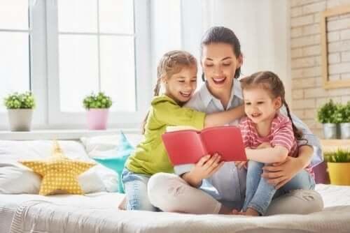 Une mère et ses enfants en train de lire