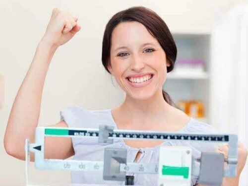 Femme contente de son poids idéal