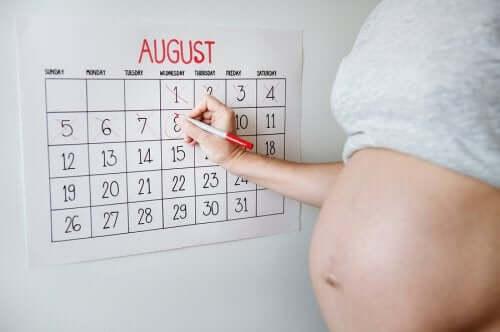 femme qui compte les jours avant l'accouchement