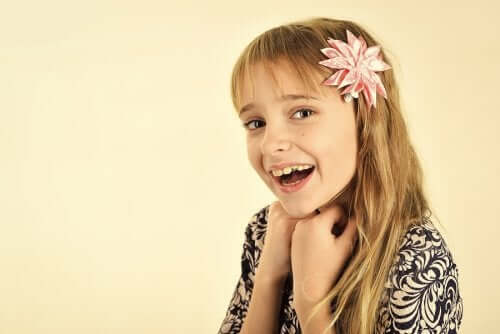 fille avec une coupe de cheveux long avec une fleur dans les cheuveux