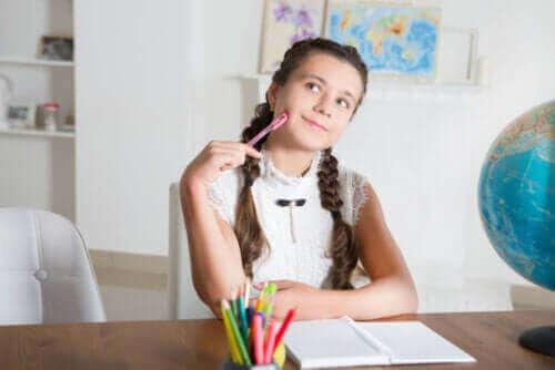 fille réfléchissant en classe
