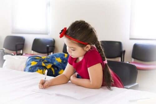 Une petite fille travaille