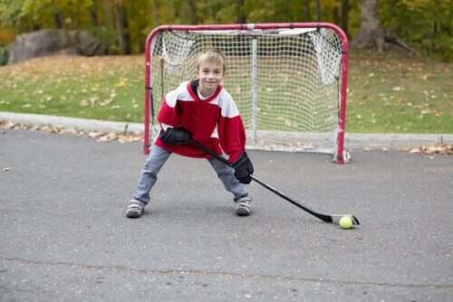 Un garçon qui fait du hockey
