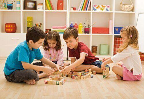 Des enfants jouant avec des cubes