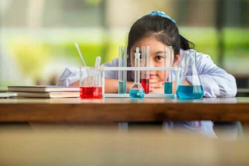 Une jeune fille en cours de sciences, école de l'intelligence, Augusto Cury