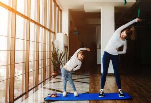 mère et fille faisant de l'exercice à la maison