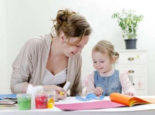 mère et fille faisant des travaux manuels