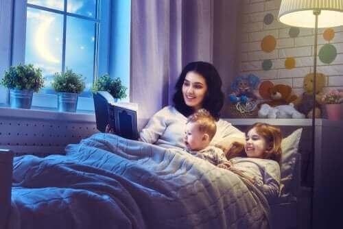 mère lisant un conte à ses enfants