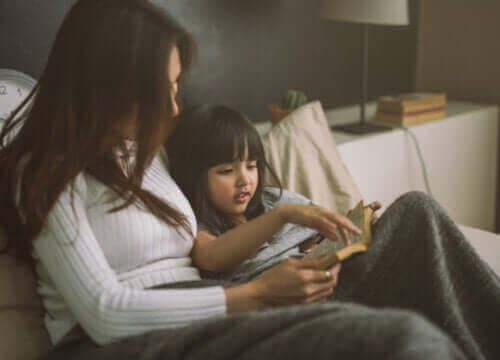 mère lisant une histoire à sa fille