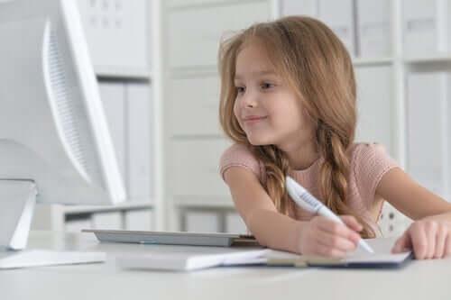 Une petite fille devant un écran.