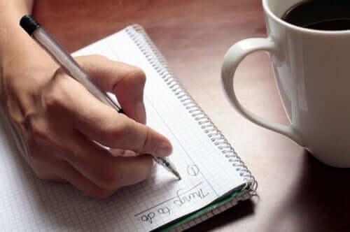 Une personne organise son temps sur un carnet