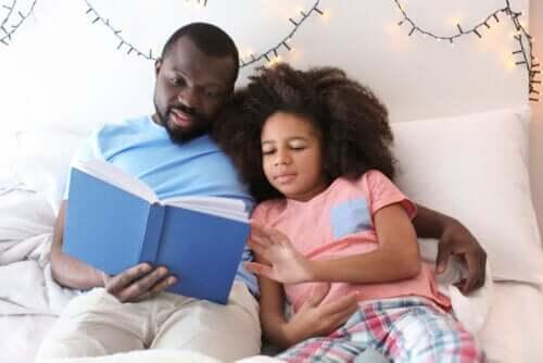Un père et sa fille qui lisent ensemble.