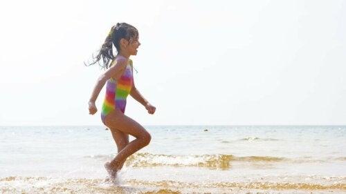 Une petite fille dans l'eau de la plage