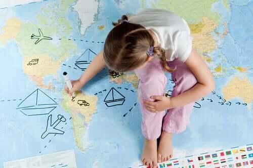 Petite fille qui planifie son voyage