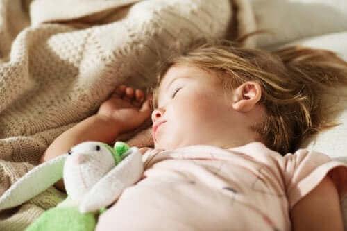 Une petite fille qui fait sa sieste