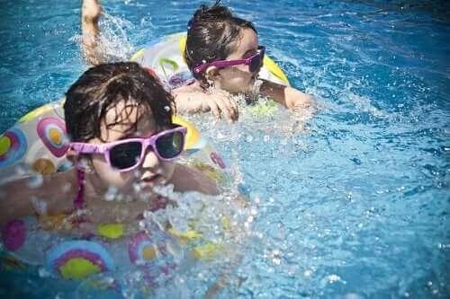 enfants à la piscine avec des lunettes de soleil