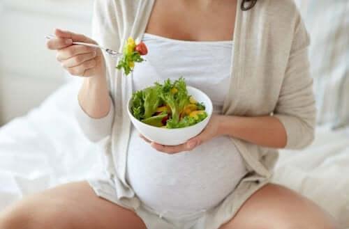 Les risques de manger des salades pendant la grossesse