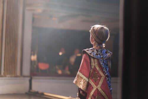 Un enfant au théâtre.