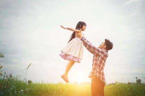 Un homme qui porte une jeune fille dans ses bras.