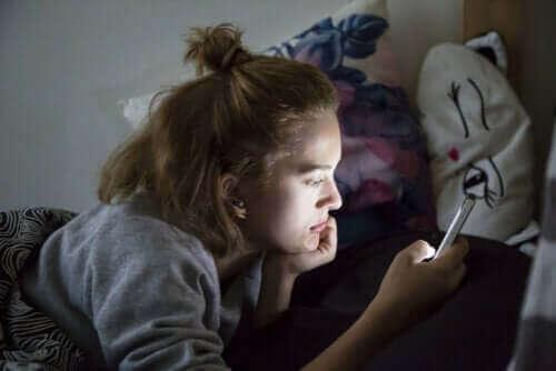 Une adolescente sur son portable