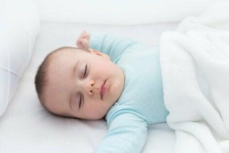 Un bébé qui dort sur le dos