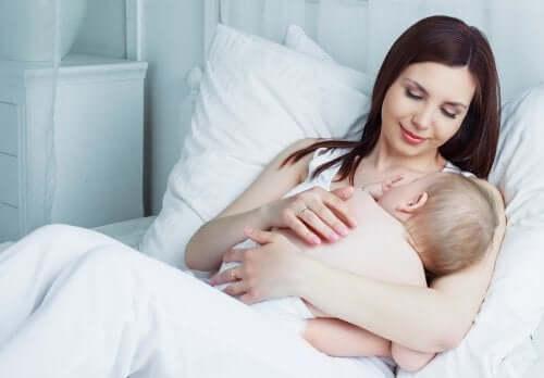 Une mère qui allaite son bébé.