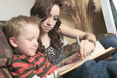 Un enfant essayant de surmonter ses problèmes de lecture