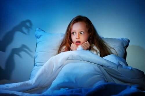 Une enfant qui fait un cauchemar dans la nuit