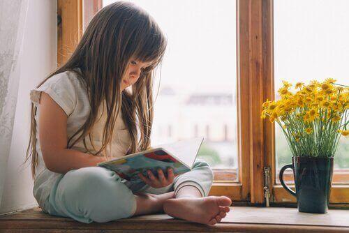 Une enfant ayant des problèmes de lecture