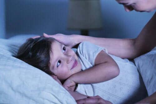 enfant et sa mère à l'heure du coucher pour se dire bonne nuit
