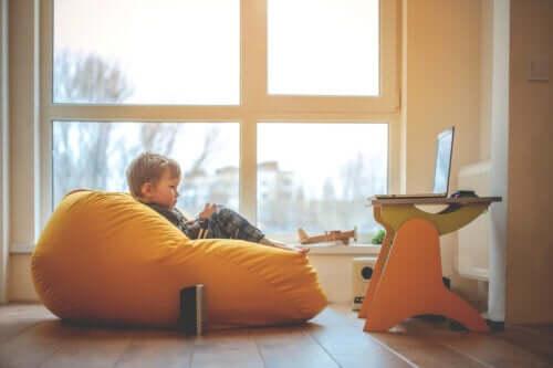 Un enfant dans son espace d'apprentissage