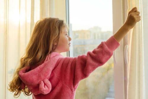Une enfant faisant le plein de vitamine D en s'exposant au soleil