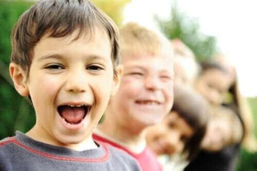 Des enfants souriant