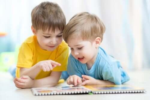Deux enfants en train de lire des mini-livres