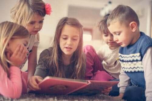 Des enfants lisant un livre