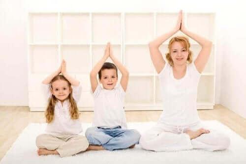 Des enfants pratiquant le yoga