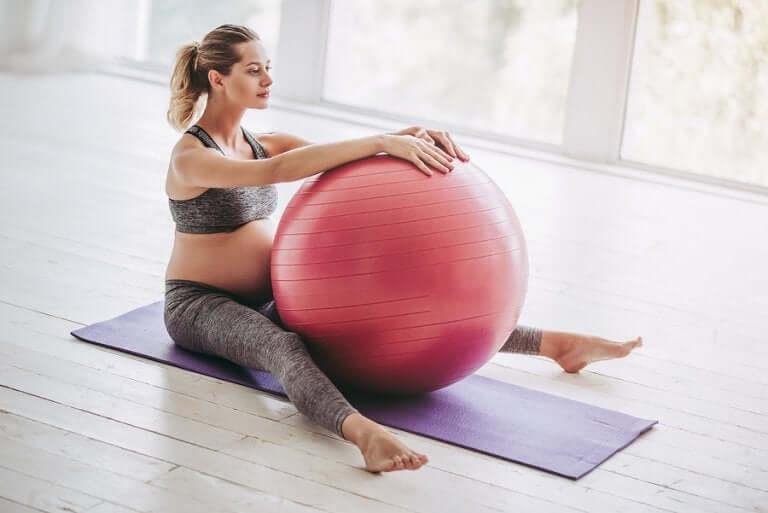 Exercices à réaliser avec un fitball pendant la grossesse