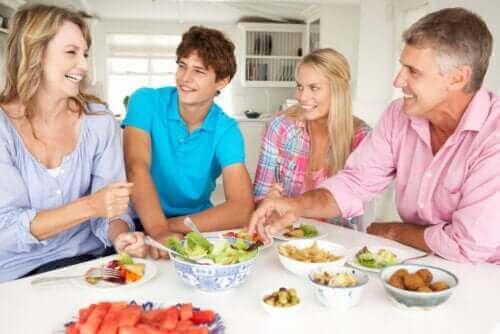 famille partageant un repas à table