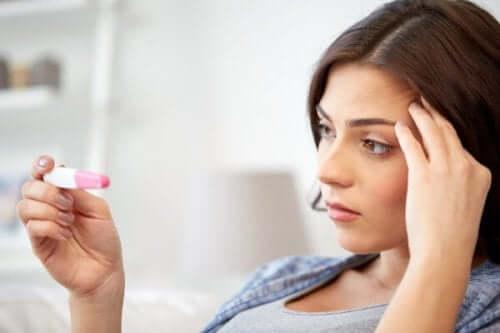 Une femme et un test de grossesse