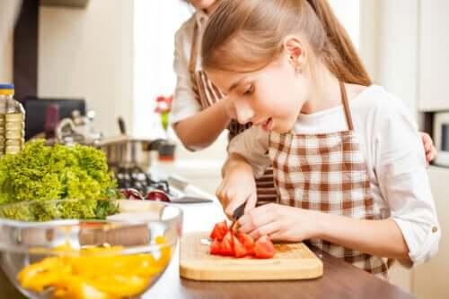 Cuisiner avec les adolescents pour leur apprendre des techniques