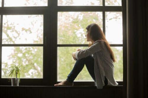 Une fille assise à la fenêtre
