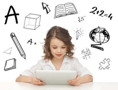 Une jeune fille sur une tablette