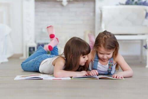 Deux filles lisant un livre.