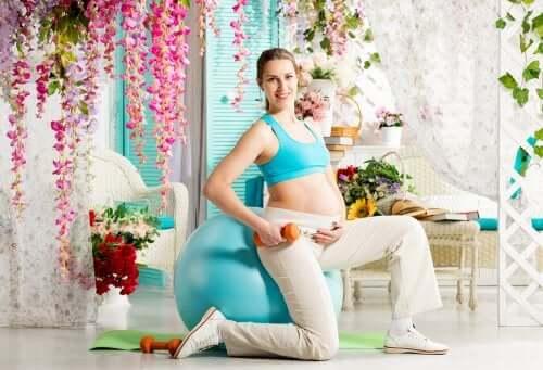 femme devant une fitball