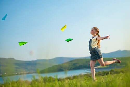 Une petite fille joue à l'air libre.
