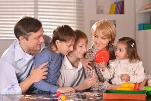 Une famille qui joue à des jeux de société pendant la quarantaine