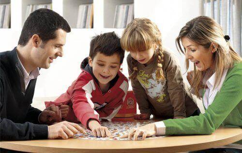 Une famille jouant à un jeu de société