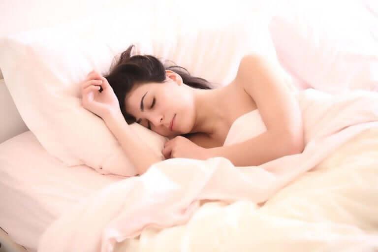 Femme enceinte qui dort paisiblement